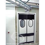 Двери распашные жесткие маятниковые фото