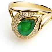 Золотое кольцо с изумрудом и бриллиантами фото