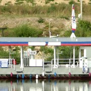 Плавучая заправочная станция фото