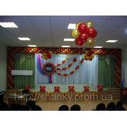 Оформление школьной сцены воздушными шарами. фото