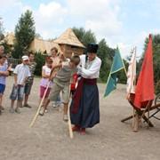Козацькі забавиЩоб бути справжнім козаком, треба було добре тренуватися. Але ж козак – дотепна, весела людина. Тому навіть найважчі козацькі тренування завжди перетворювались на веселу забаву. Саме з гумором та жартами гартувалось козацьке тіло для майбут фото