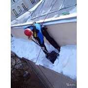 чистка снега с крыши фото