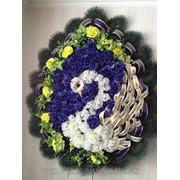 Венок ритуальный из искусственных цветов и хвои фото