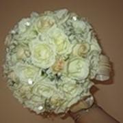Букет невесты, бутоньерки, браслеты, цветы в прическу, фигурки из цветов, композиции из живых цветов на стол молодоженов и их гостей. фото