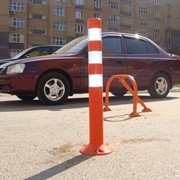 Гибкий пластиковый сигнальный ограничительный дорожный столбик. фото