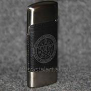 Лазерная гравировка на зажигалке с кожаной вставкой фото