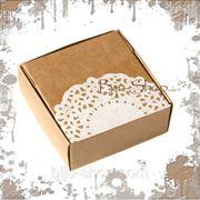 """Упаковочная коробка """"Кружево"""" маленькая. Плотный картон украшен кружевной аппликацией. 7,5х7,5х3 см фото"""