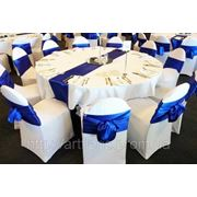 Текстиль напрокат, белые чехлы на стулья, скатерти, салфетки, юбки, драпировка сцен фото