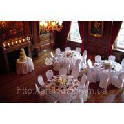 Прокат белых и бежевых скатертей, белые чехлы на стулья, салфетки фото