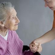 Замечательная сиделка с большим опытом работы с престарелыми людьми фото