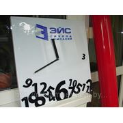 Часы с фирменным логотипом фото