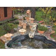 Садовый водопад с фонтаном из природного камня фото