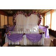 Украшение стола для молодых арка в форме сердца фото