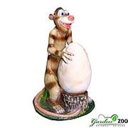 Фигура садовая Опоссум с яйцом фото