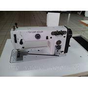 Универсальная машина с нижним и игольным продвижением ткани и пулером. фото