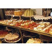 Кексы эклеры слойки торты круассаны пирожные на заказ. Вся продукция сертифицирована упакована в картонную тару по 2.5 кг. В производственном процессе используются только качественные ингридиенты без химических добавок натуральное сырье. фото