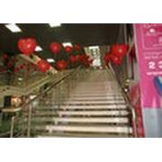 Оформление лестничных маршев воздушными шарами фотография