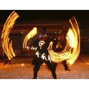Фаер шоу выдувание огня пиротехническое шоу флаговое шоу огненные и пиротехнические декорации фото