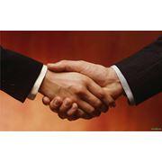 Взаимообмен товарами и продукцией услугами навыками и взаимопомощь без денег. фото