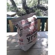 Высококачественный березовый уголь в упаковке вместе с натуральным розжигом фото