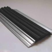 Алюминиевая противоскользящая полоса с резиновой вставкой. фото