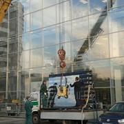 Аварийная замена разбитого витринного стекла, резка стекол фото