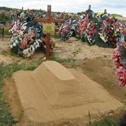Поправка холма после захоронения с частичной подсыпкой грунта (песка) фото