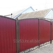 Металлические ворота с экраном из профлиста. фото