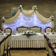Декор банкетов цветами, шарами, тканями фото