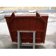 Крышка люка грузового полувагона является составной конструктивной частью люка предназначенного для выгрузки сыпучих грузов из полувагона без применения каких-либо отдельных разгрузочных механизмов. Такие полувагоны называются саморазгружающимися фото
