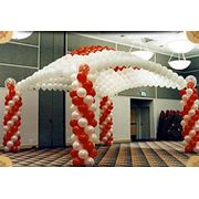 Оформление выставок праздников выстовочных стендов воздушными шарами. фото