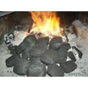 Брикеты из угля. Брикет состоит из мелких частиц за счет чего при сгорании брикет более проницаем чем монолитный кусок угля. фото