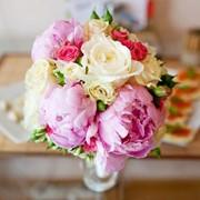 Свадебные букеты для невесты, бутоньерки, браслеты, настольные композиции, арки из живых цветов фото