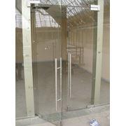 Стеклянные маятниковые двери арт.16 фото