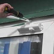 Замена поврежденных дверных доводчиков фото