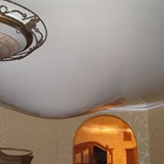 Слив воды и восстановление натяжных потолков после протечек фото