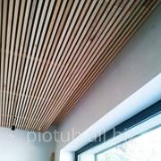 Потолок подвесной реечный из дерева фото