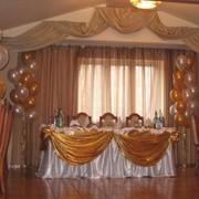 Украшение залов воздушными шарами и тканями фото