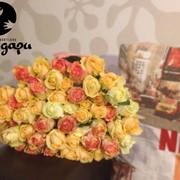 Яркий букет 51 роза с бесплатной доставкой фото