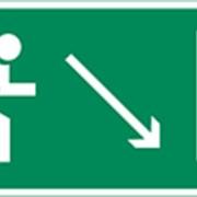 Направление к эвакуационному выходу направо вниз фото
