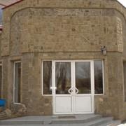 Фасад здания из природного `камня-дикаря` (песчаника) фото