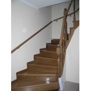Изготовление и установка деревянных лестниц фото
