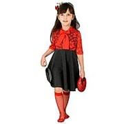Элегантное платье серого цвета с красным кружевом 116 фото