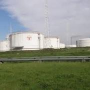 Хранение нефтепродуктов в емкостях, нефтехранилище фото