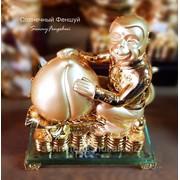 Сувенир обезьянка на золотых монетах, с персиком, символом любви, для успешного 2016 года фото