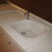 Столешница для кухни с литой мойкой (бело-серый гранит) фото