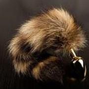 Маленькая золотистая пробка с хвостом енота - 7,5 см. фото