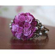 Браслет ручной работы с розами из полимерной глины и натуральным жемчугом фото