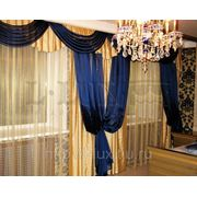 Золотистые шторы для спальни с синим ламбрекеном и декором фото