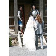 Похищение невесты на свадьбе рыцарями. фото